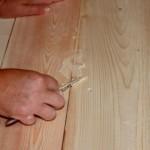 Как заделать щели в деревянных